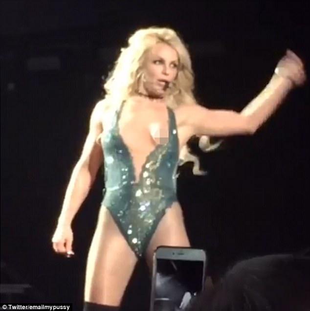 Britney spears bikini malfunction