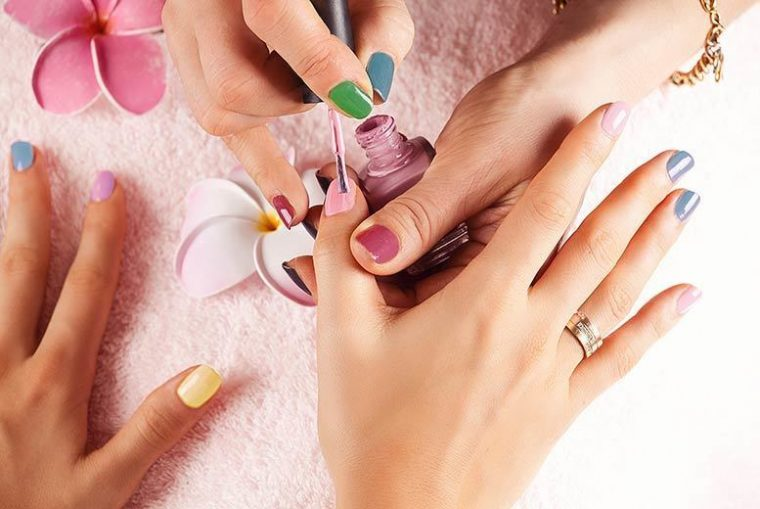 Красят ногти в салоне