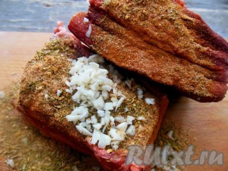 Сало, сваренное со специями в луковой шелухе, натрите со всех сторон (кроме шкуры) мелко нарезанным чесноком и специями.