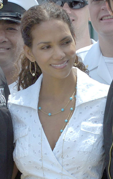 What makeup does halle berry wear