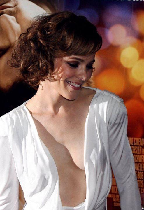 Рэйчел МакАдамс в платье с голой грудью