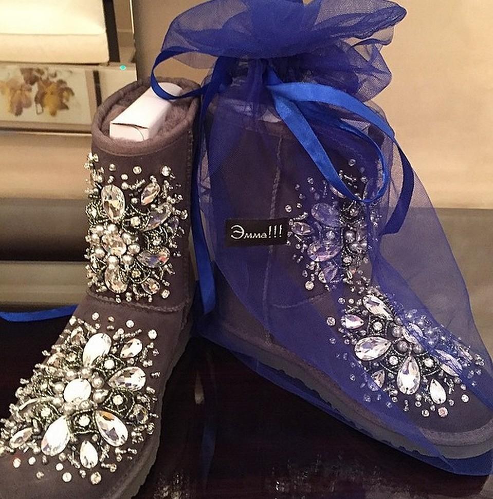 Угги от бренда Эмма Салимова угги – это роскошная расшитая бисером, полудрагоценными камнями, стразами, и натуральным мехом обувь. Стоит порядка $3000. Фото: Instagram: jasminshor