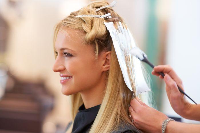 Девушке окрашивают волосы