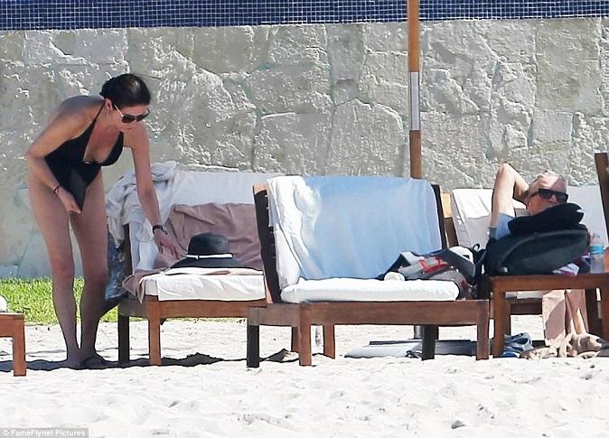Кэтрин зета джонс на пляже фото