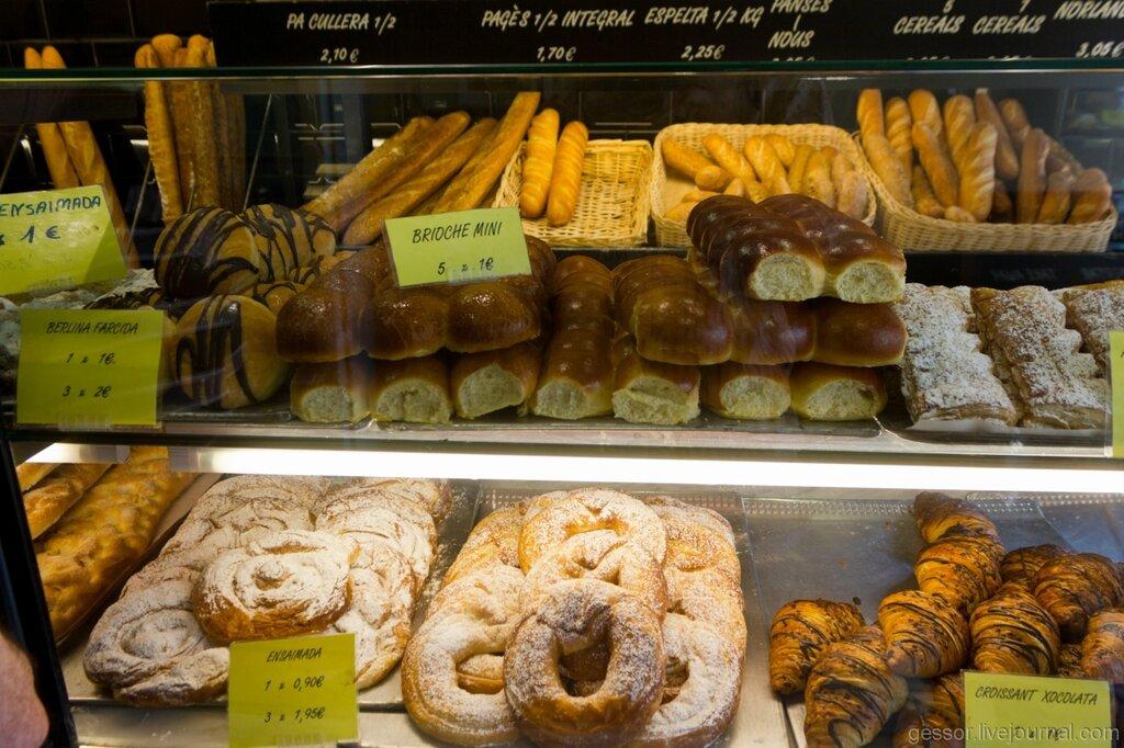 Один из автоматов в ресторане быстрого питания продает кофе второй булочки