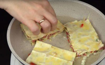 Лаваш с помидорами и сыром на сковороде