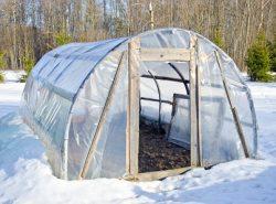 Нужно ли закрывать теплицу на зиму