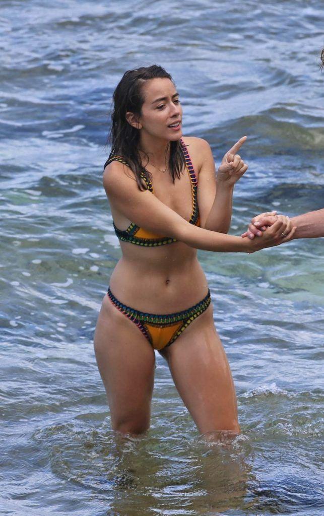 Хлоя Беннет фото в купалньике на пляже