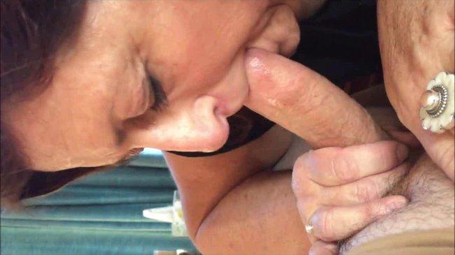 Старая жена с удовольствием берет у мужа в рот стояк