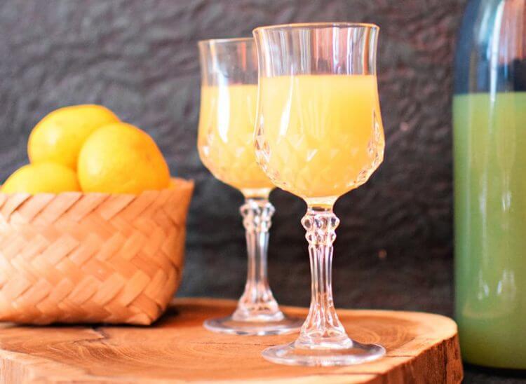 Молодое вино из апельсинов в бокале. После годовалой выдержки оно полностью осветлится.