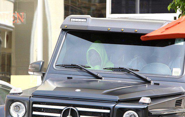 Джастин Бибер плачет, сидя в авто
