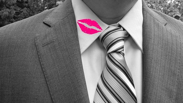 Поцелуй на рубашке у начальника
