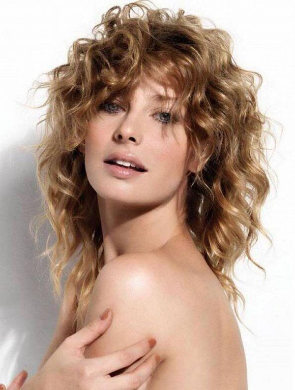 прически для волнистых волос средней длины фото