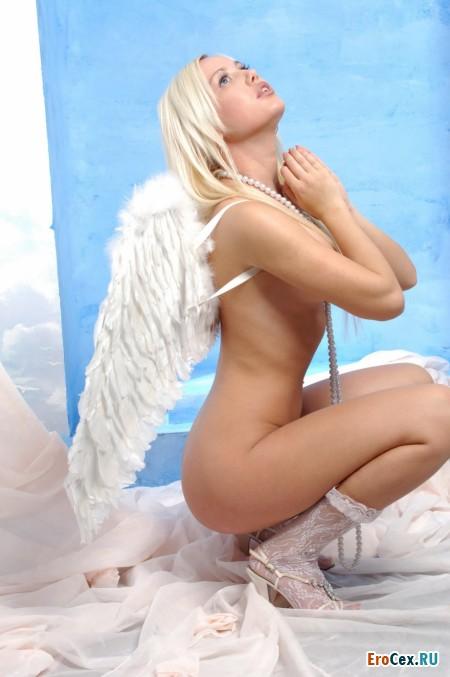 Голая девушка-ангел (10 фото)