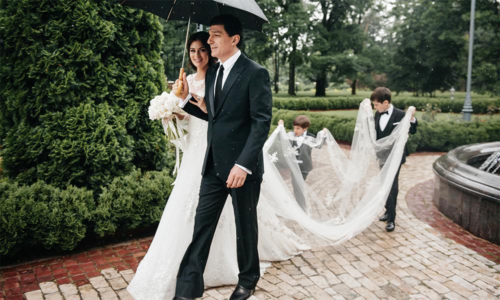 В этом году 8 июля в Москве было совсем не по-летнему - +12 и дождь. Но это не напугало даже самых маленьких гостей: племянники невесты предпочли помочь тете и вместо своих зонтов несли ее шлейф. На фото внизу - Настасия с отцом, Кириллом Шубским