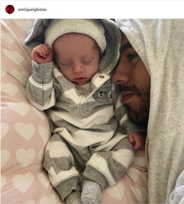 Энрике Иглесиас с ребенком