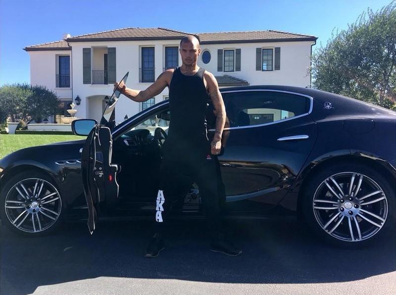 32-летний Джереми позирует у Maserati стоимостью 150 тысяч долларов перед своим огромным особняком. У снимка подпись: «Хорошо быть дома».    Джереми Микс, жизнь, преступник