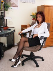 Non-professional MILF Housewife Roni in Seamed Stockings