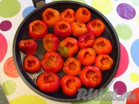 Перец очистить от семян, положить в глубокую посуду и залить кипятком.