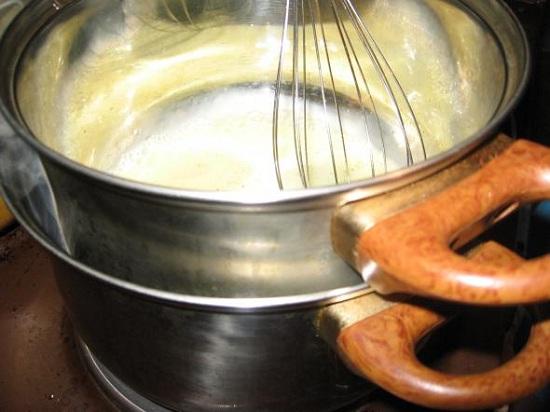 Помещаем емкость с соусом на плиту