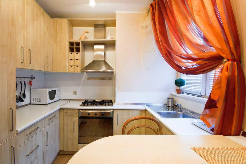 При обустройстве функциональных зон маленькой кухни не следует забывать о безопасности