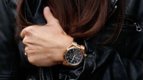 мужские золотые часы на руке