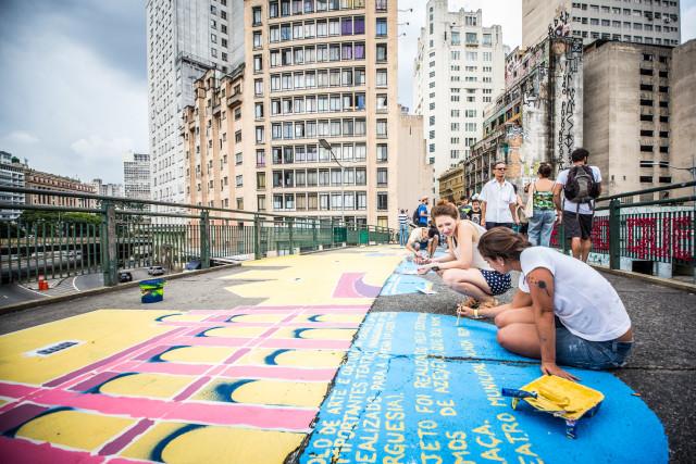 O skyline de São Paulo foi pintado com mensagens inpiradoras