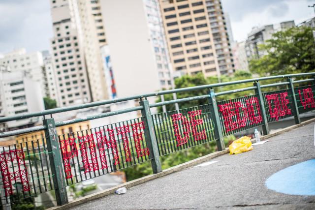 O poema costurado na grade da passarela