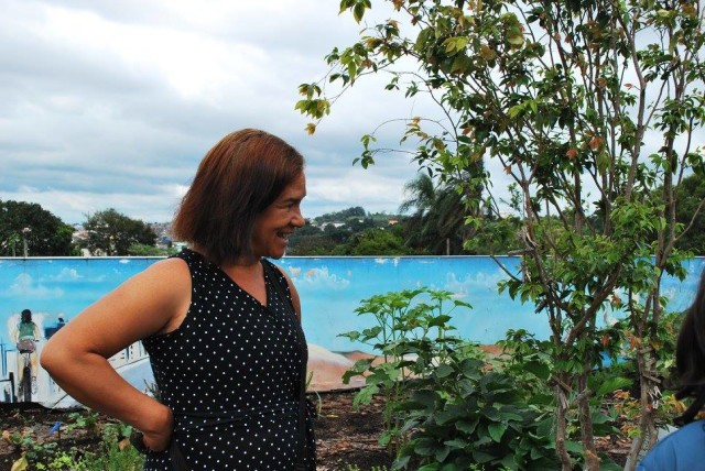 Sandra cuida da horta todos os dias