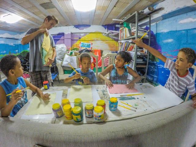 Aulas de arte usando papel reciclado feito pelas crianças.