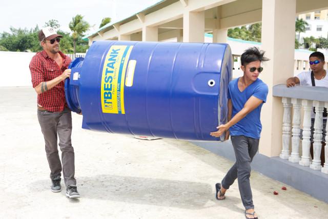 Jon Rose e Carlo Delantar na preparação para implementar um filtro de água nas Filipinas.