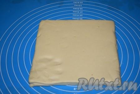 Разморозить готовое слоеное тесто, оставив его при комнатной температуре на 2-3 часа.