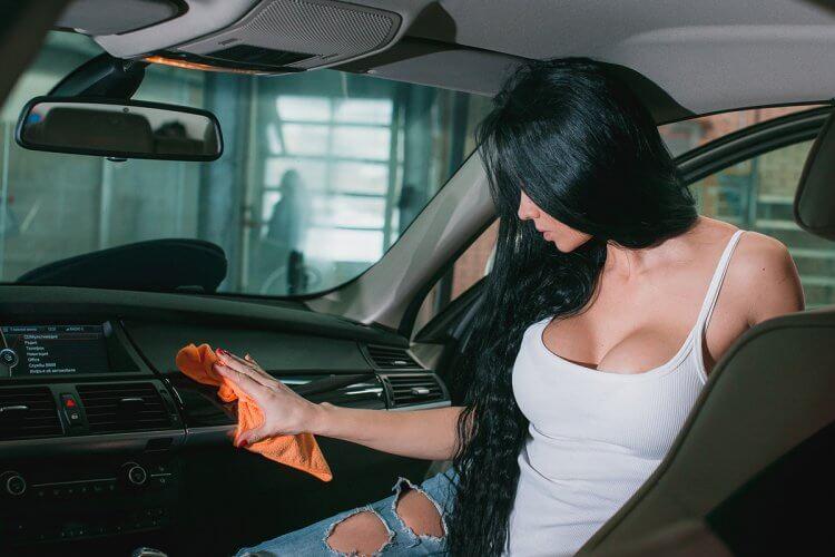 Чем лучше отмыть салон автомобиля