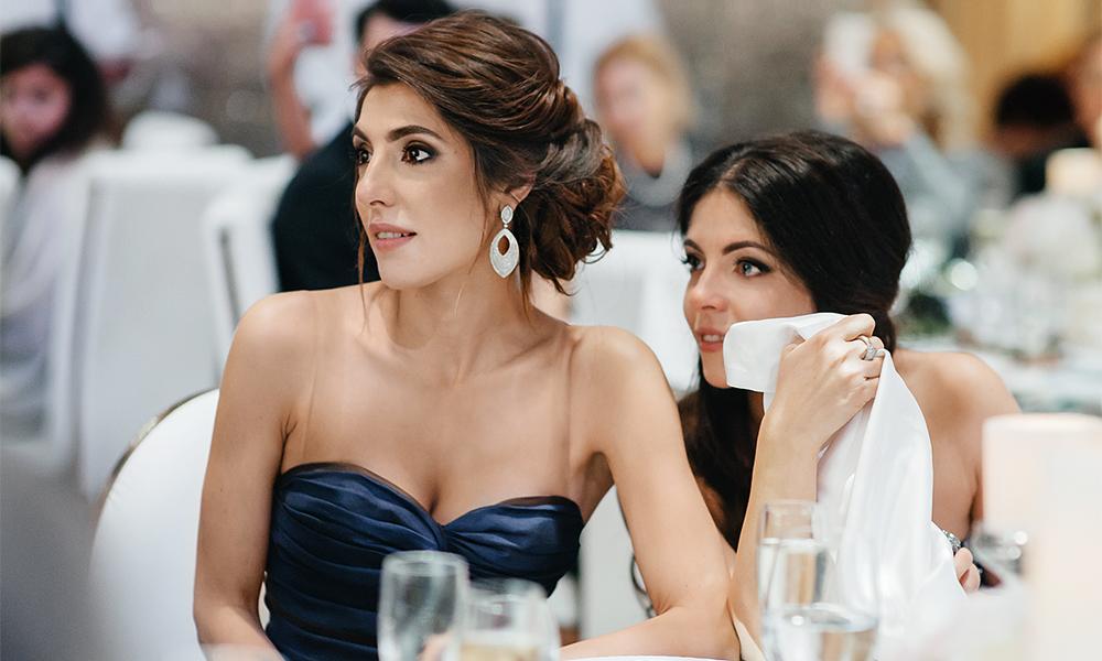 Старшие сестры невесты - Мария и Анна Нахапетовы - всегда были близки с Настей и на свадьбе не могли сдерживать слезы