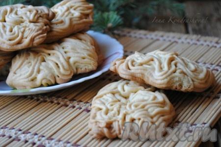 Вкусное домашнее песочное печенье, замешанное на майонезе и приготовленное с помощью мясорубки, подать с молоком или чашечкой ароматного чая.