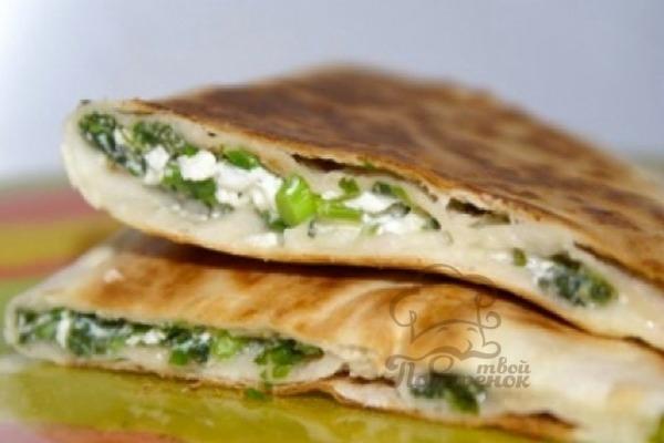 Армянский лаваш с сыром и зеленью на сковороде