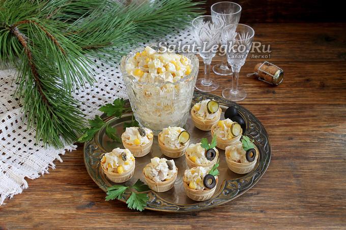 Салат в тарталетках с ананасом и курицей