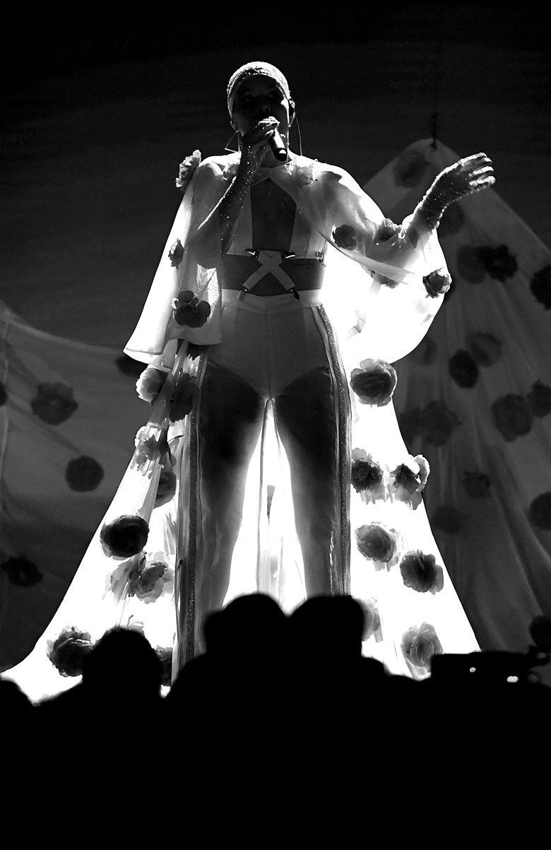 Выступление Холзи (Halsey) на церемонии вручения музыкальной награды Billboard Music Awards в Ти-Мобайл Арене, Лас-Вегас, 21 мая 2017 г.