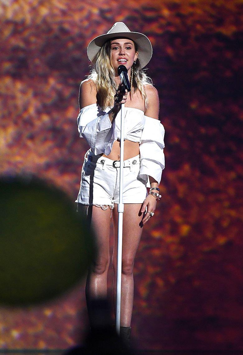 Выступление Майли Сайрус на церемонии вручения музыкальной награды Billboard Music Awards в Ти-Мобайл Арене, Лас-Вегас, 21 мая 2017 г.