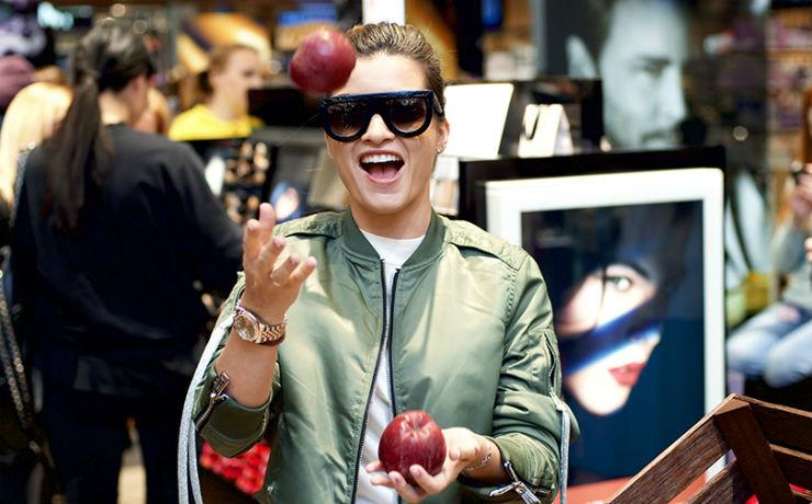 Ксения Бородина наоткрытии парфюмерного супермаркета неснимала необычные очки