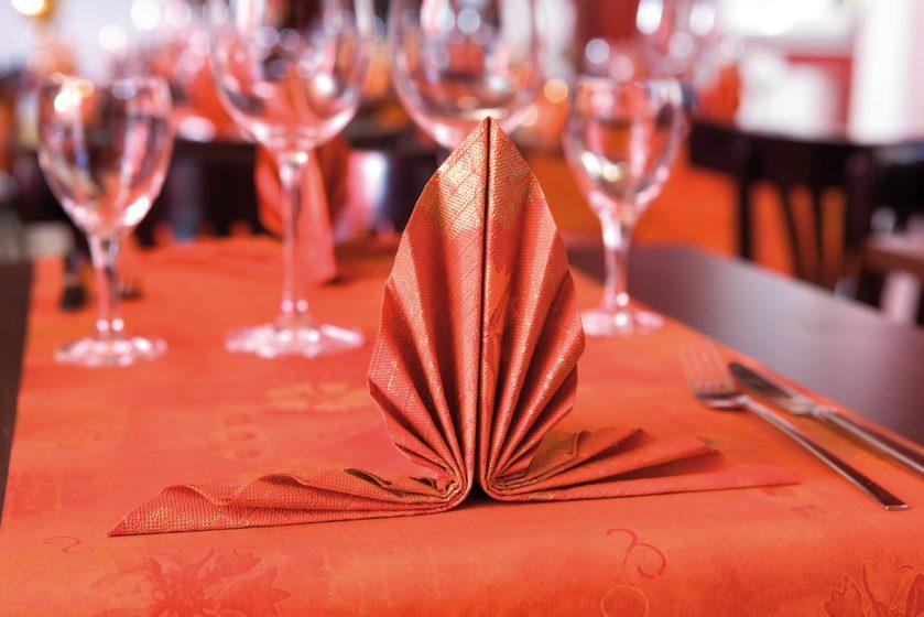 Как сделать из бумажных салфеток украшение на стол
