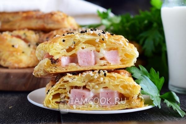 Рецепт из слоеного теста с колбасой и сыром рецепт с фото пошагово