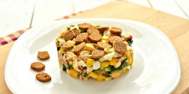 Салат с сухариками, горбушей, кукурузой и огурцом