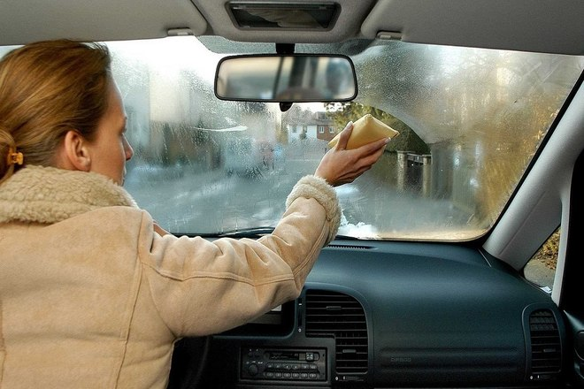 Во время дождя сильно потеют стекла в машине
