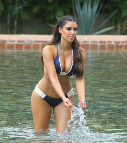 Kim kardashian dominican republic pool