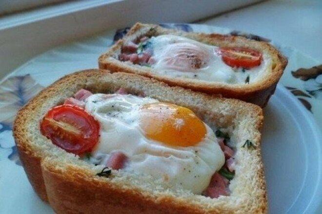 Яичница с беконом в хлебе