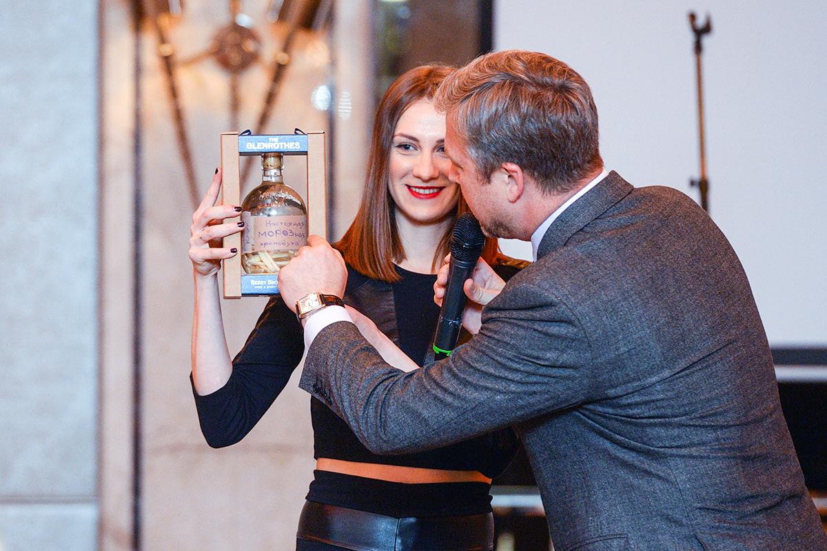Бутылку хреновухи от Дарьи Мороз продали за 30 тысяч рублей