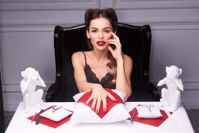 Хилькевич в кружевном топе сидит за столом