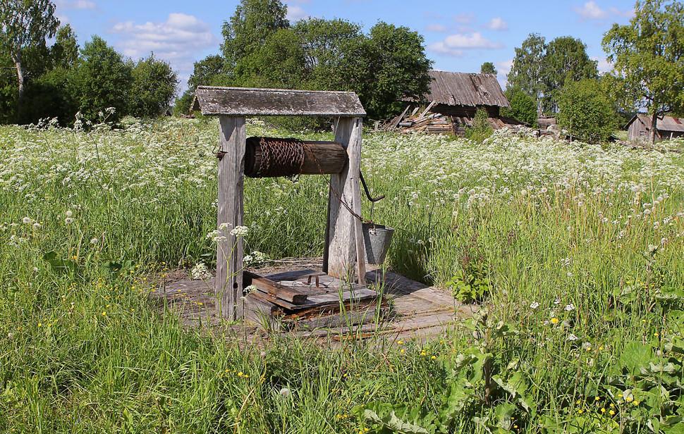Поистине сюрреалистическое зрелище: деревни нет, а телефон есть.