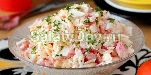 Салат с жареными крабовыми палочками и яйцами